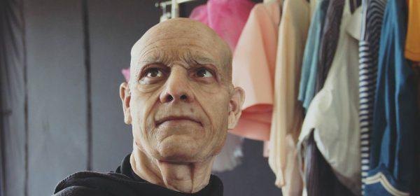 Mann in der Maske von Facelift